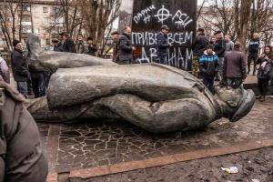 Toppled Lenin statue in Ukraine, with far-right symbols (Nazi SS and circle cross of White supremacism) in Ukraine.